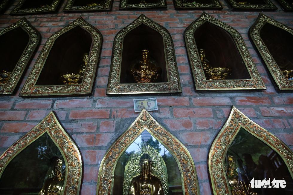Vất vả nhặt tiền lẻ du khách đặt vào ban thờ Phật chùa Bái Đính - Ảnh 10.
