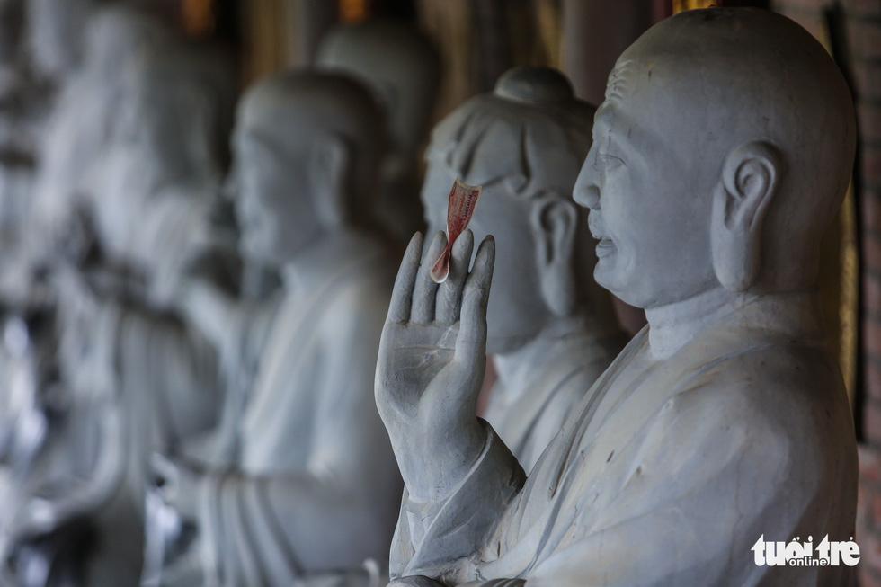 Vất vả nhặt tiền lẻ du khách đặt vào ban thờ Phật chùa Bái Đính - Ảnh 9.