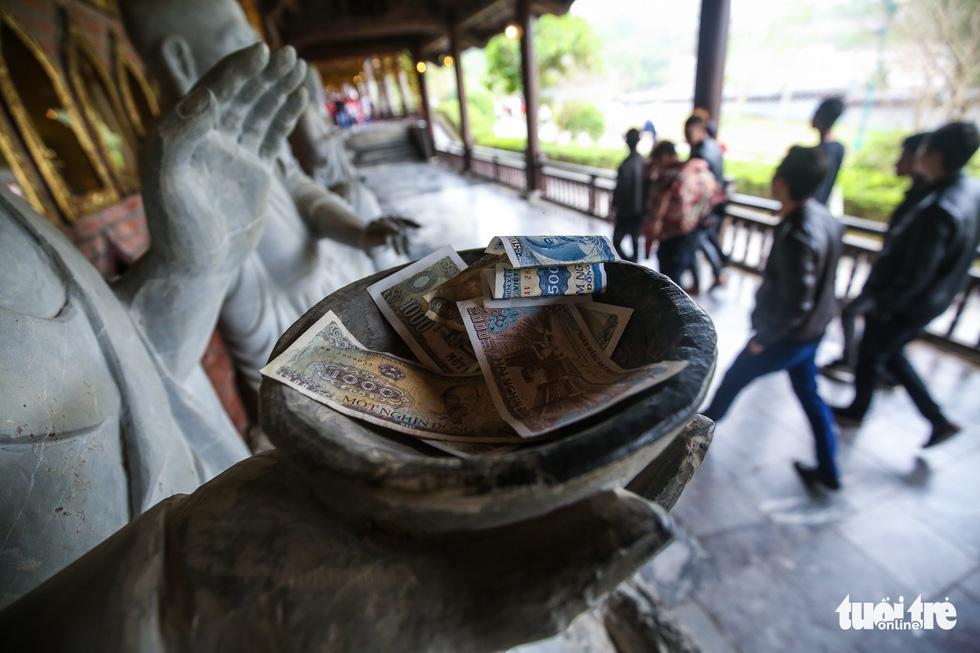 Vất vả nhặt tiền lẻ du khách đặt vào ban thờ Phật chùa Bái Đính - Ảnh 8.