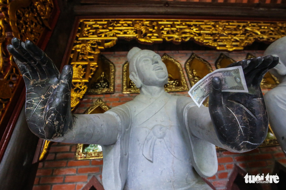 Vất vả nhặt tiền lẻ du khách đặt vào ban thờ Phật chùa Bái Đính - Ảnh 7.
