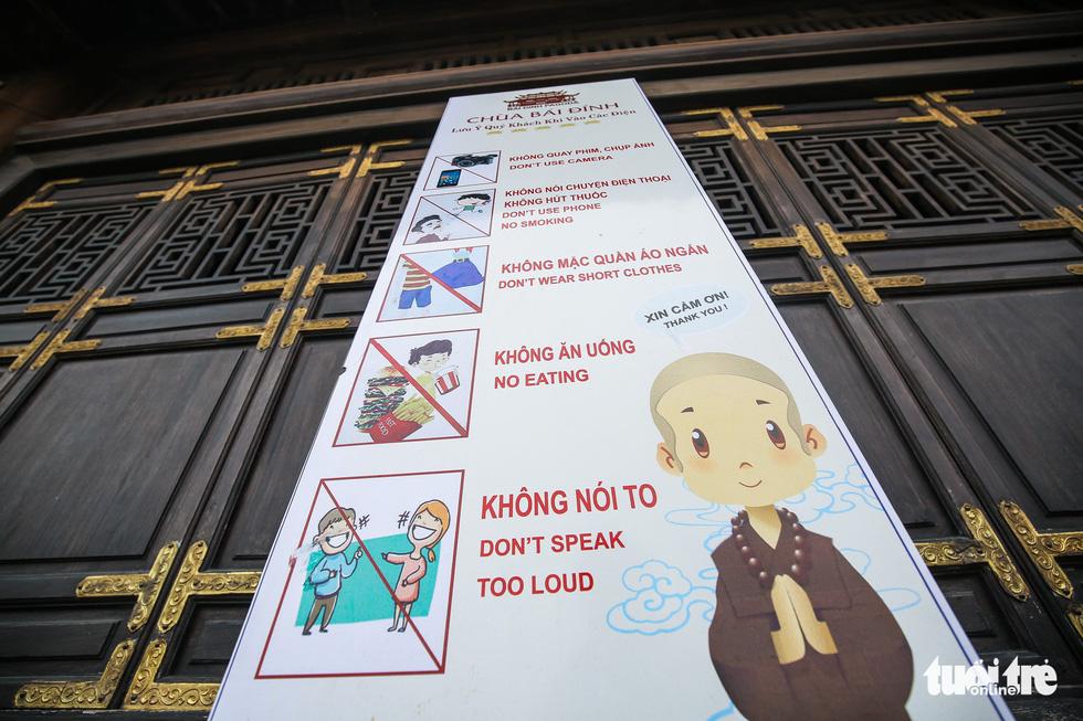 Vất vả nhặt tiền lẻ du khách đặt vào ban thờ Phật chùa Bái Đính - Ảnh 14.