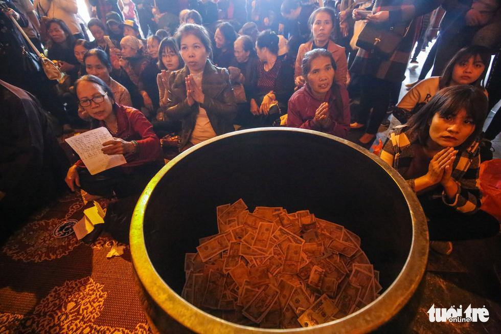 Vất vả nhặt tiền lẻ du khách đặt vào ban thờ Phật chùa Bái Đính - Ảnh 6.