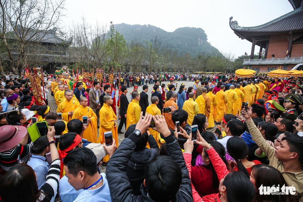 Vất vả nhặt tiền lẻ du khách đặt vào ban thờ Phật chùa Bái Đính - Ảnh 3.
