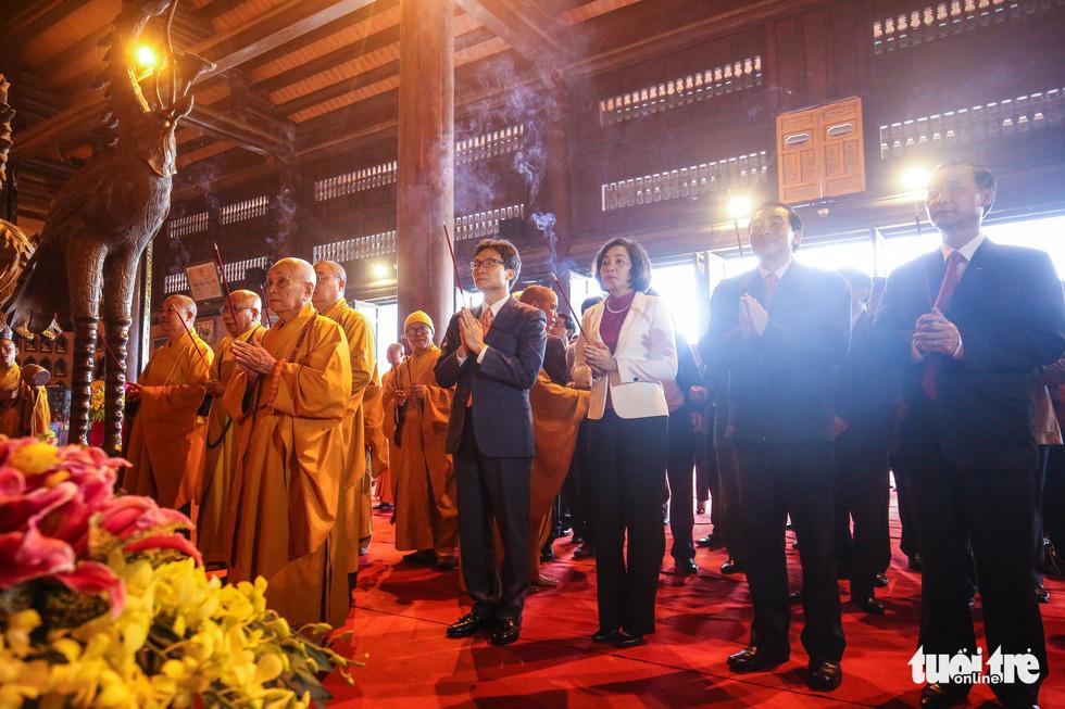Vất vả nhặt tiền lẻ du khách đặt vào ban thờ Phật chùa Bái Đính - Ảnh 4.