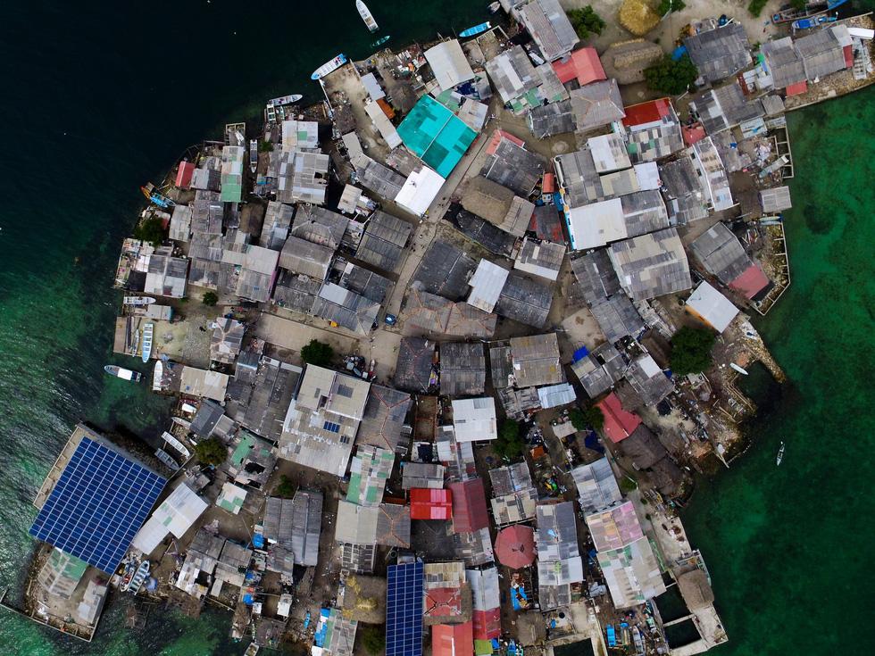 Cuộc sống đa sắc màu tại hòn đảo chật nhất thế giới - Ảnh 1.