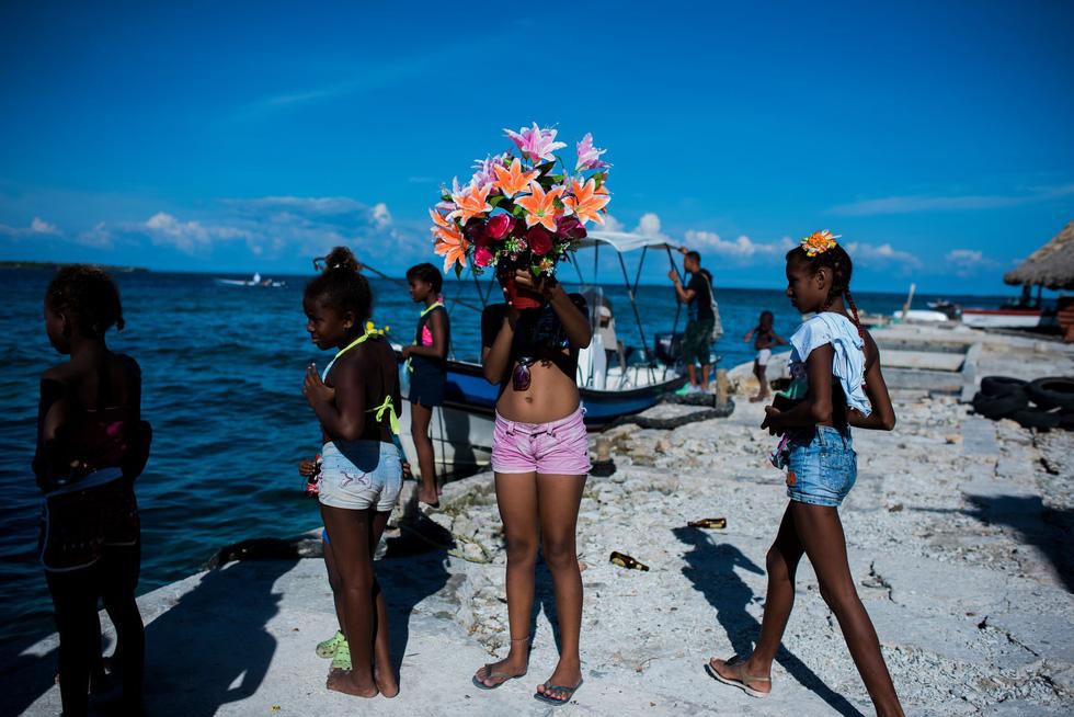 Cuộc sống đa sắc màu tại hòn đảo chật nhất thế giới - Ảnh 7.