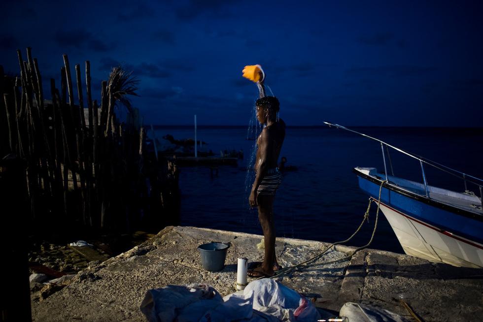 Cuộc sống đa sắc màu tại hòn đảo chật nhất thế giới - Ảnh 3.