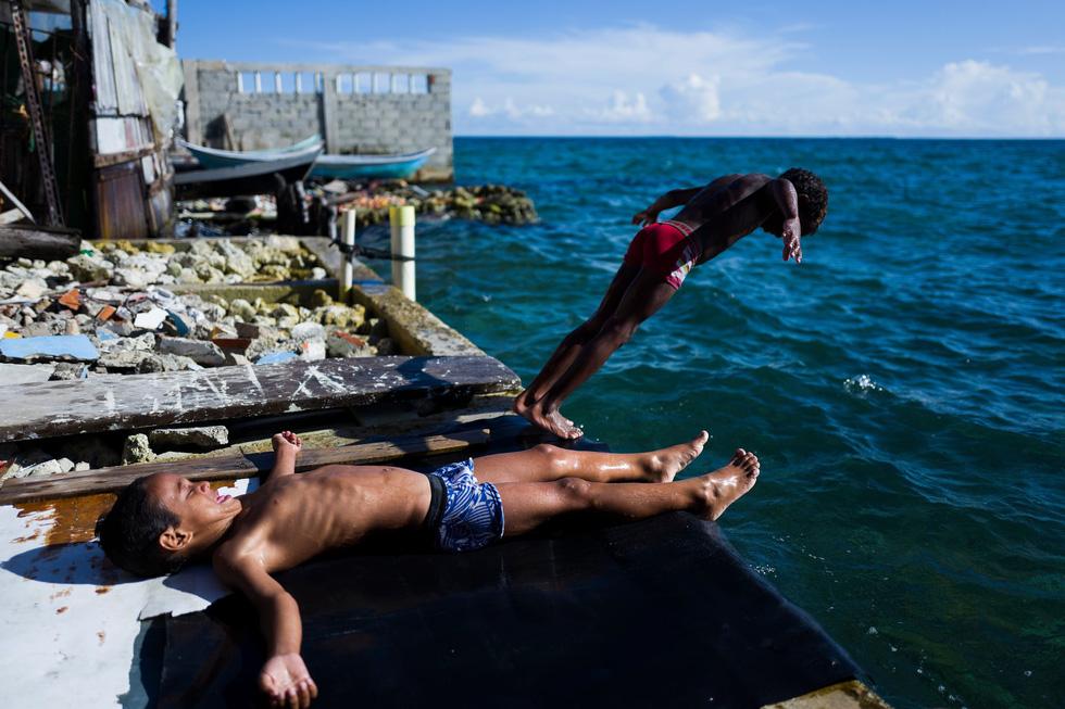 Cuộc sống đa sắc màu tại hòn đảo chật nhất thế giới - Ảnh 5.