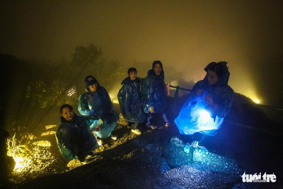 Hôm nay khai hội Yên Tử, người dân nườm nượp lễ bái từ tối khuya - Ảnh 1.