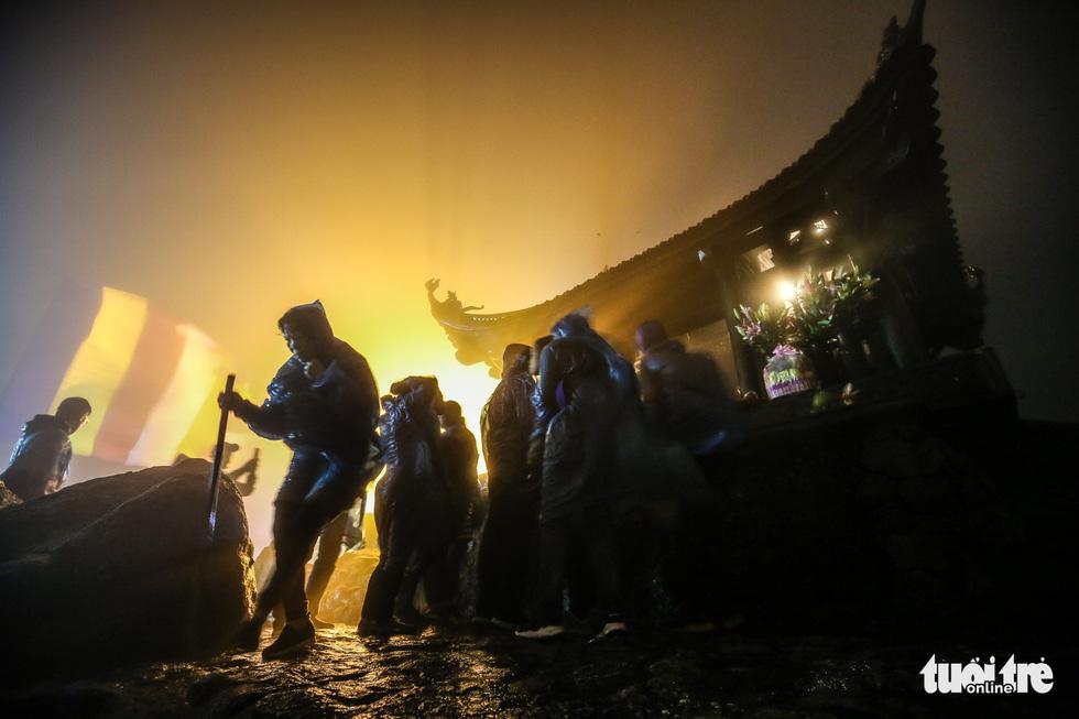 Hôm nay khai hội Yên Tử, người dân nườm nượp lễ bái từ tối khuya - Ảnh 6.