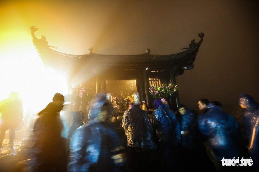 Hôm nay khai hội Yên Tử, người dân nườm nượp lễ bái từ tối khuya - Ảnh 12.