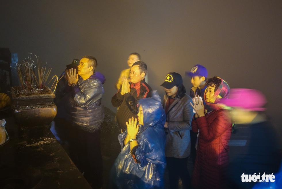 Hôm nay khai hội Yên Tử, người dân nườm nượp lễ bái từ tối khuya - Ảnh 7.