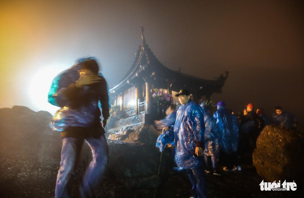 Hôm nay khai hội Yên Tử, người dân nườm nượp lễ bái từ tối khuya - Ảnh 9.