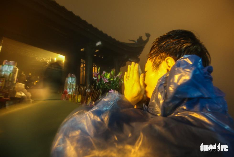 Hôm nay khai hội Yên Tử, người dân nườm nượp lễ bái từ tối khuya - Ảnh 10.