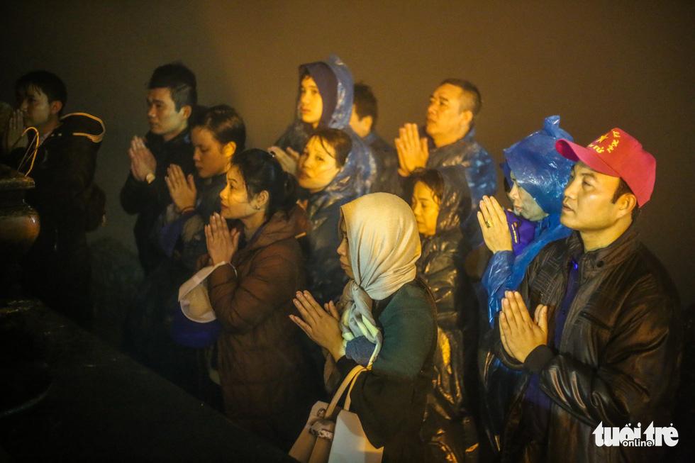 Hôm nay khai hội Yên Tử, người dân nườm nượp lễ bái từ tối khuya - Ảnh 13.