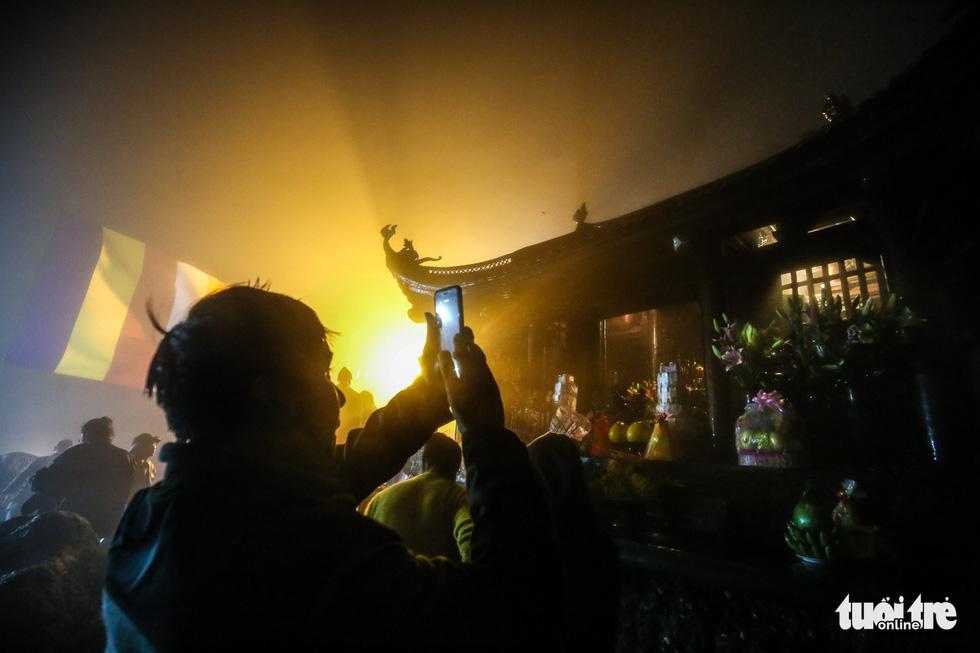 Hôm nay khai hội Yên Tử, người dân nườm nượp lễ bái từ tối khuya - Ảnh 14.