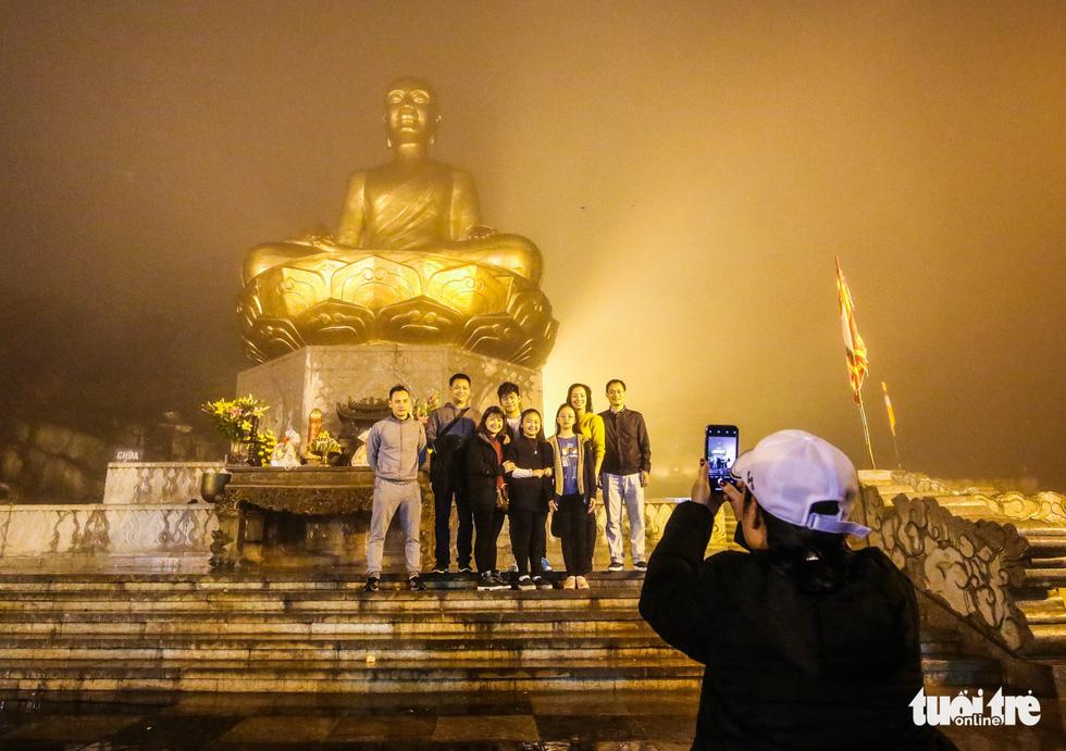 Hôm nay khai hội Yên Tử, người dân nườm nượp lễ bái từ tối khuya - Ảnh 4.