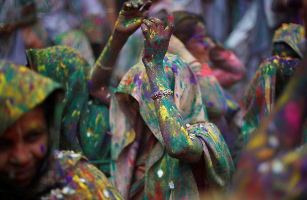 Góa phụ Ấn ăn mừng Holi, phá vỡ tập tục bất công - Ảnh 5.