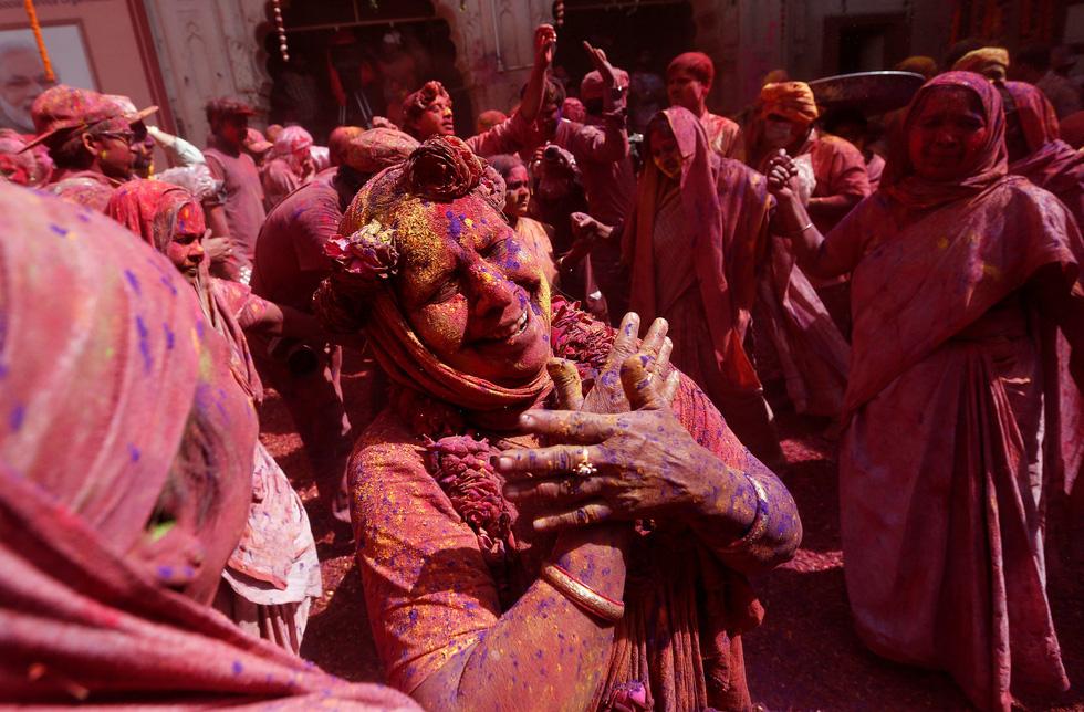 Góa phụ Ấn ăn mừng Holi, phá vỡ tập tục bất công - Ảnh 9.