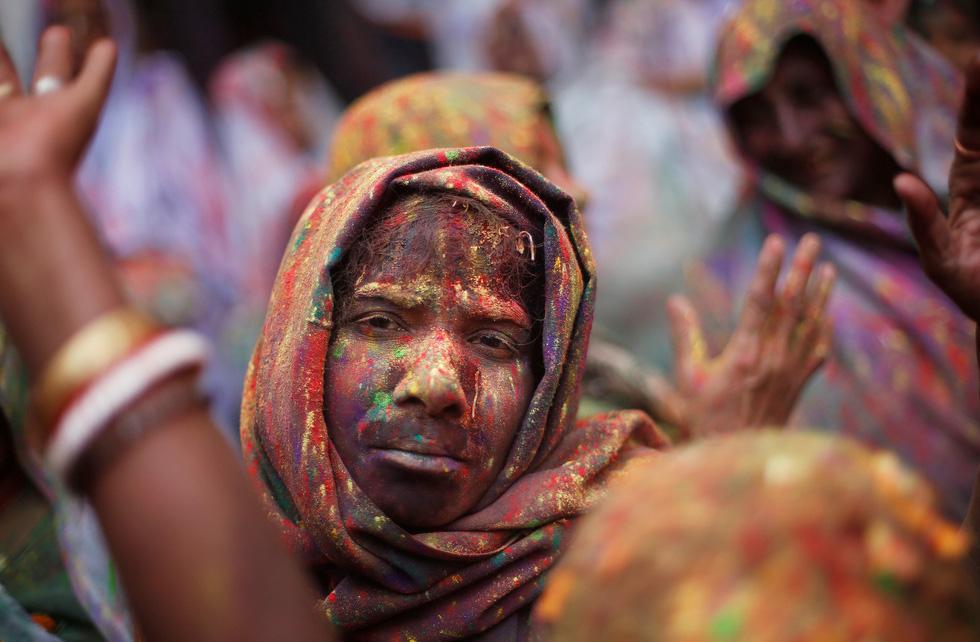 Góa phụ Ấn ăn mừng Holi, phá vỡ tập tục bất công - Ảnh 12.
