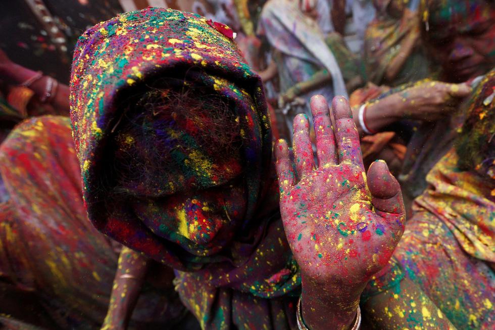 Góa phụ Ấn ăn mừng Holi, phá vỡ tập tục bất công - Ảnh 8.