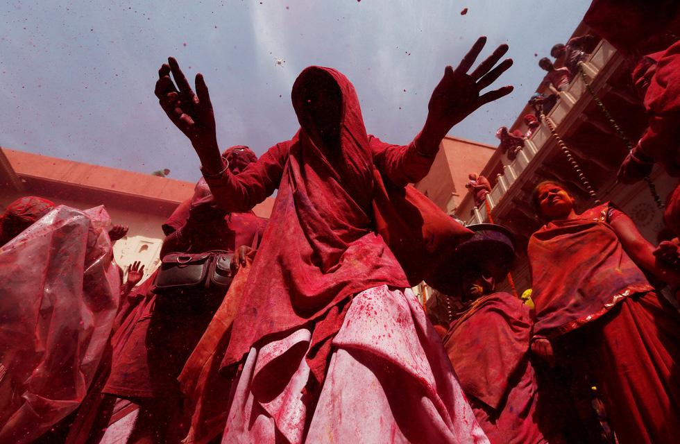 Góa phụ Ấn ăn mừng Holi, phá vỡ tập tục bất công - Ảnh 11.