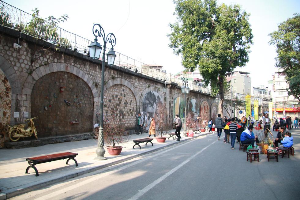 Phố bích họa Phùng Hưng điểm đến mới của Hà Nội dịp tết - Ảnh 11.