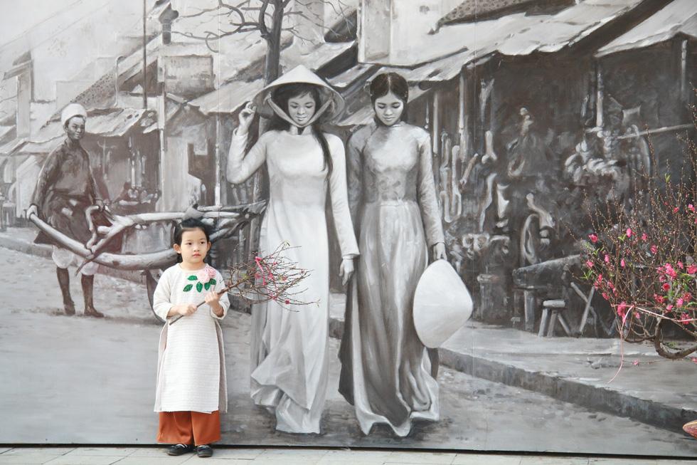 Phố bích họa Phùng Hưng điểm đến mới của Hà Nội dịp tết - Ảnh 7.