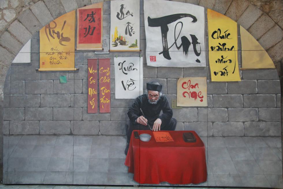 Phố bích họa Phùng Hưng điểm đến mới của Hà Nội dịp tết - Ảnh 9.