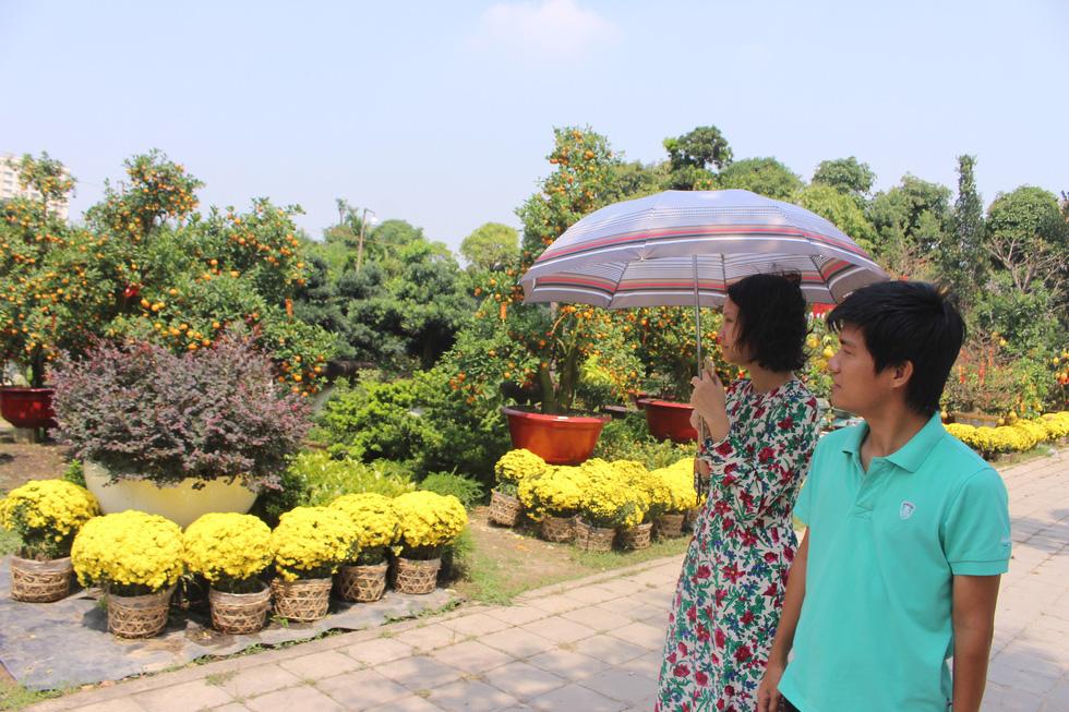 Đào tết Nhật Tân hàng chục triệu đồng xuống phố Sài Gòn - Ảnh 9.