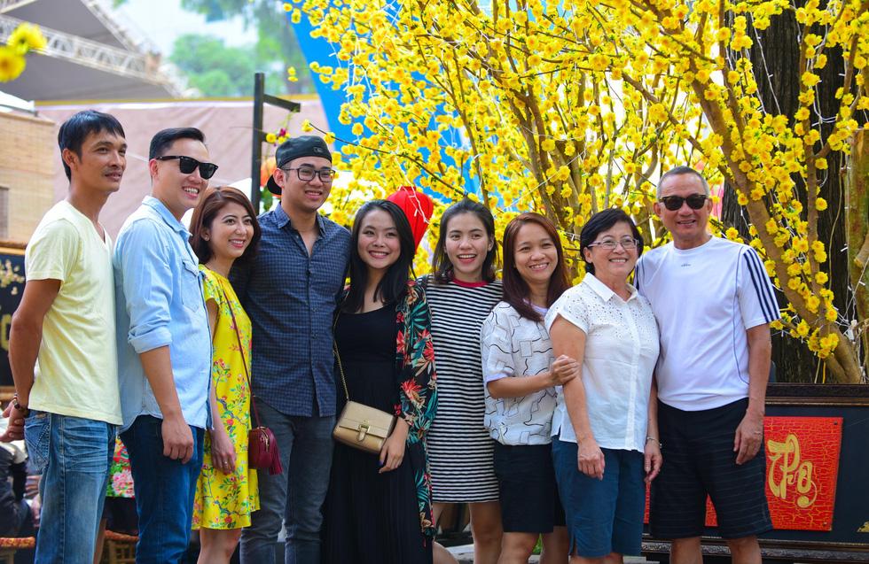 Giới trẻ Sài Gòn xuống phố chụp hình đón tết - Ảnh 3.