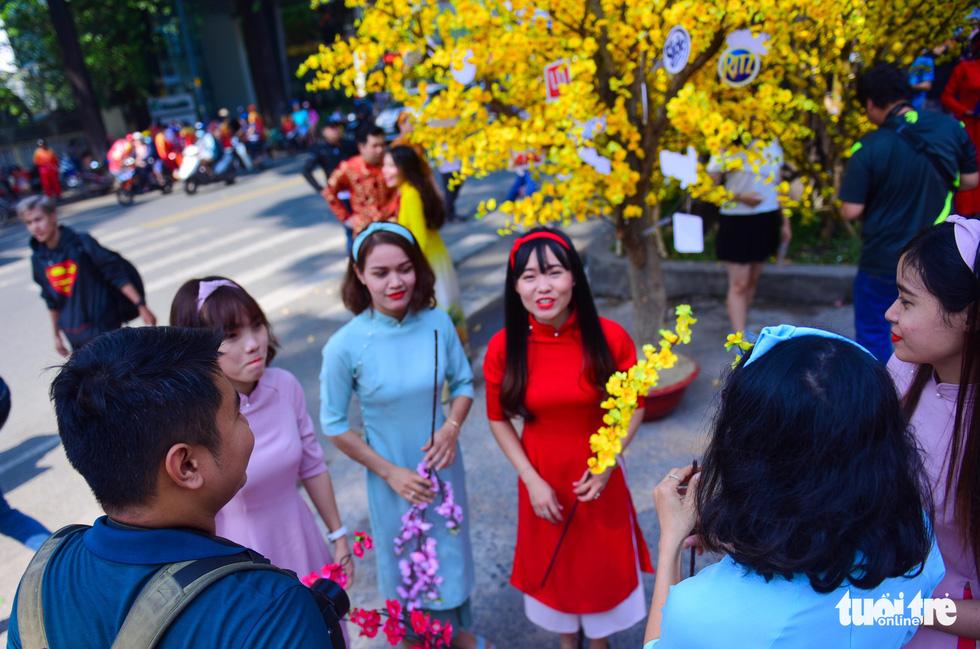 Giới trẻ Sài Gòn xuống phố chụp hình đón tết - Ảnh 2.
