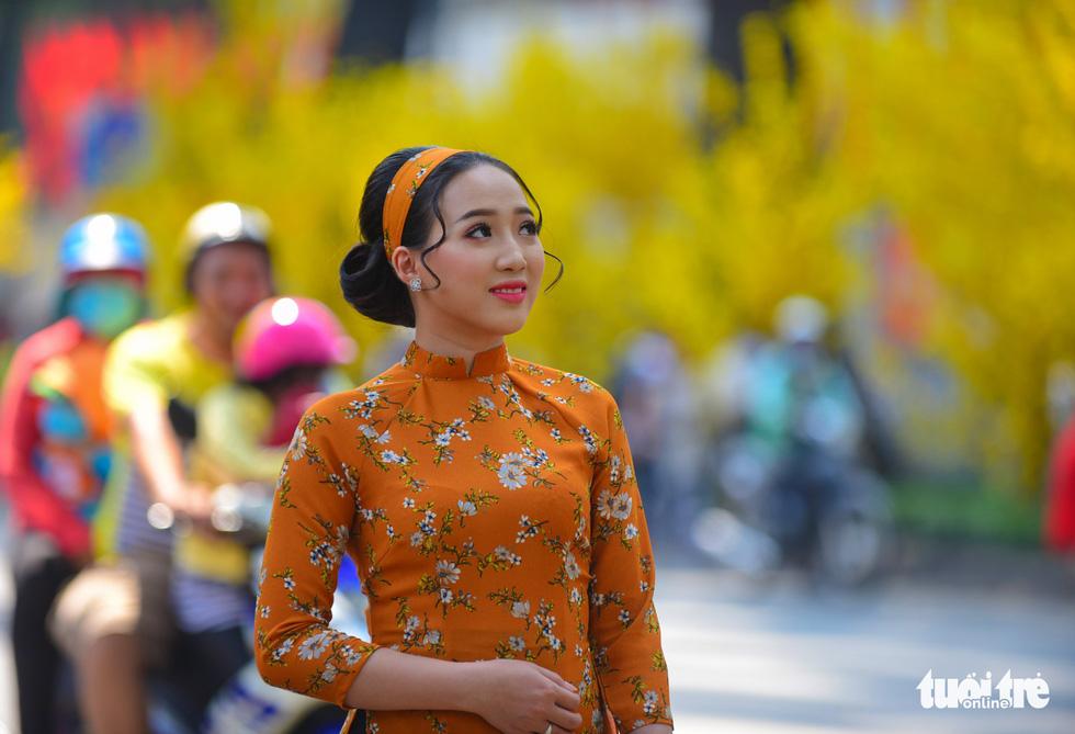 Giới trẻ Sài Gòn xuống phố chụp hình đón tết - Ảnh 6.