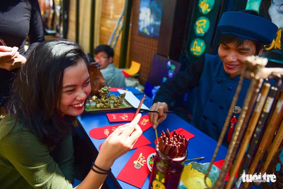 Giới trẻ Sài Gòn xuống phố chụp hình đón tết - Ảnh 12.