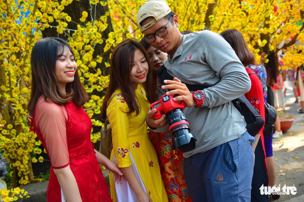 Giới trẻ Sài Gòn xuống phố chụp hình đón tết - Ảnh 21.