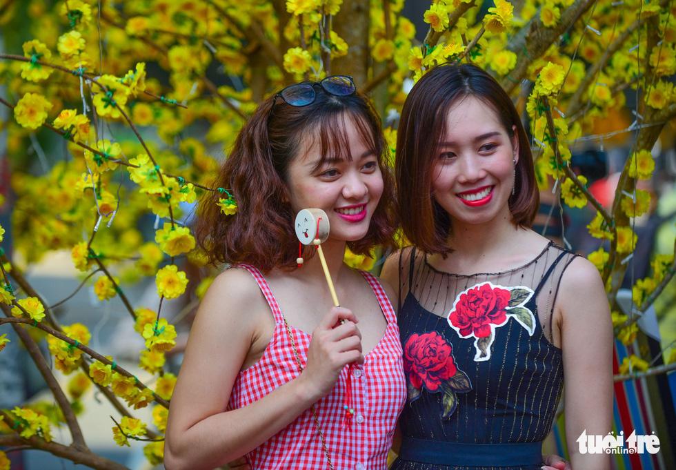 Giới trẻ Sài Gòn xuống phố chụp hình đón tết - Ảnh 22.
