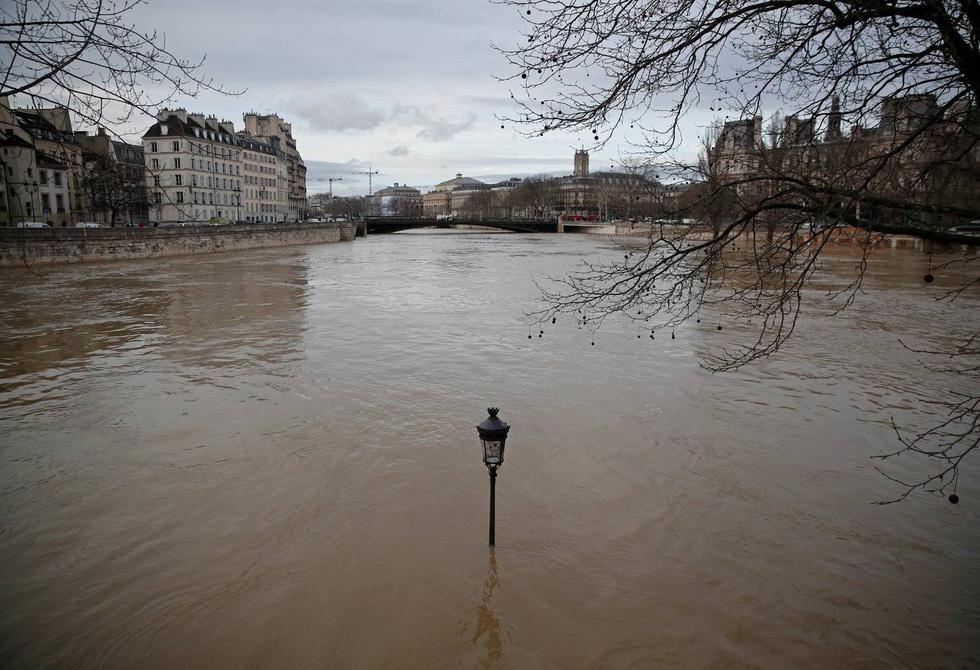 Thế giới trong tuần qua ảnh: Paris ngập trong biển nước - Ảnh 2.