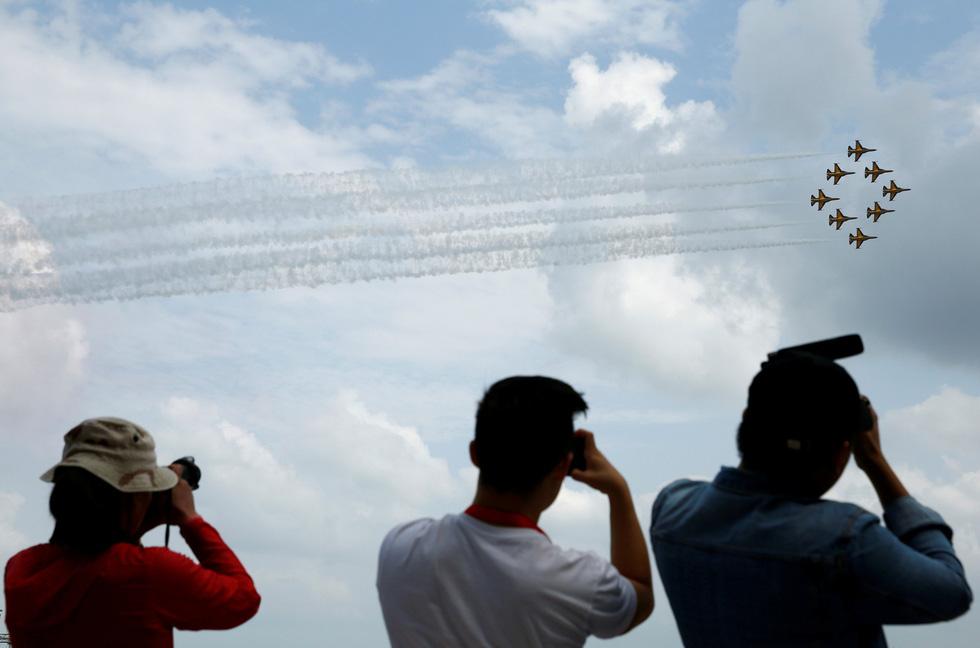 Đã mắt với màn máy bay nhào lộn ở Singapore Airshow 2018 - Ảnh 3.
