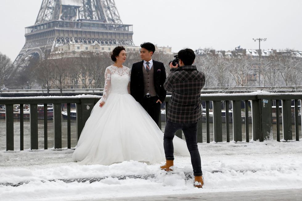 Chụp ảnh cưới nơi tháp Eiffelkhoác màu tuyết trắng - Ảnh 1.
