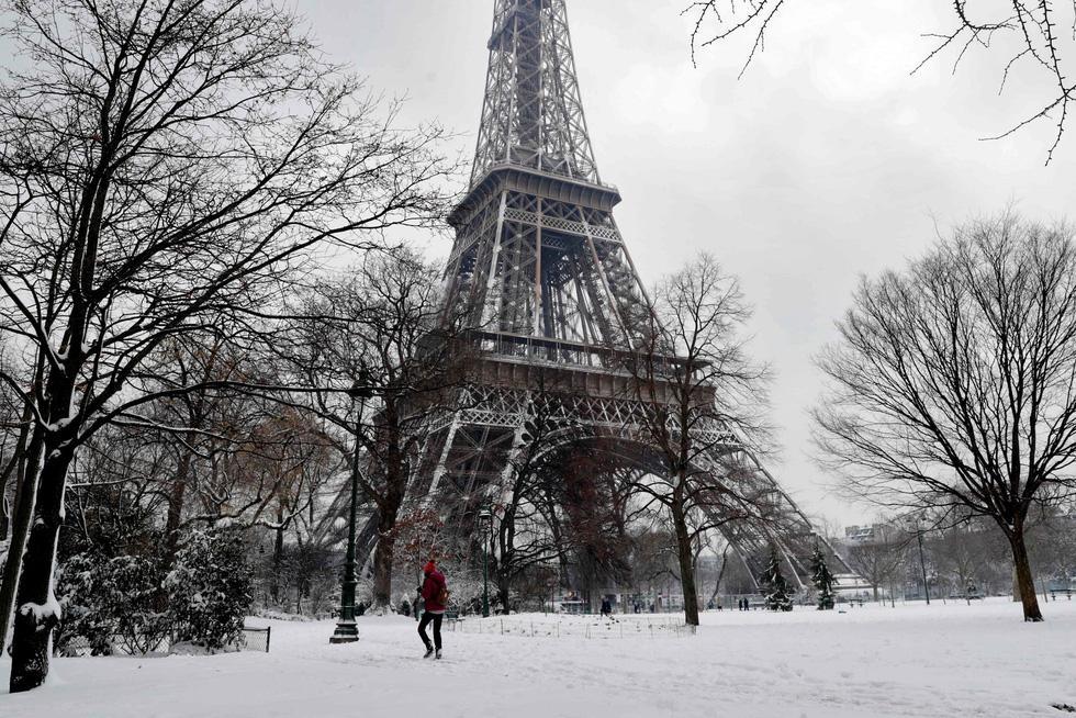 Chụp ảnh cưới nơi tháp Eiffelkhoác màu tuyết trắng - Ảnh 2.