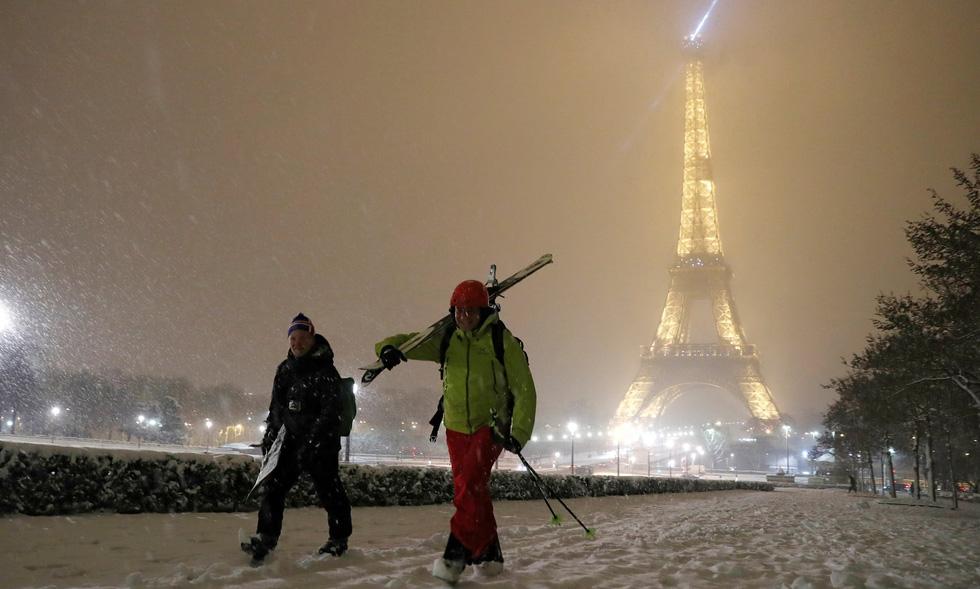 Chụp ảnh cưới nơi tháp Eiffelkhoác màu tuyết trắng - Ảnh 3.