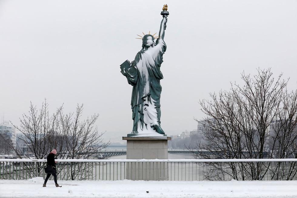 Chụp ảnh cưới nơi tháp Eiffelkhoác màu tuyết trắng - Ảnh 5.