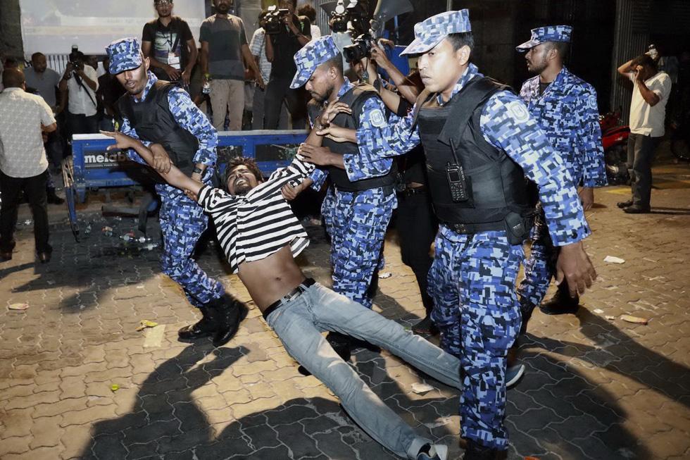 Hỗn loạn ở thiên đường du lịch Maldives - Ảnh 2.