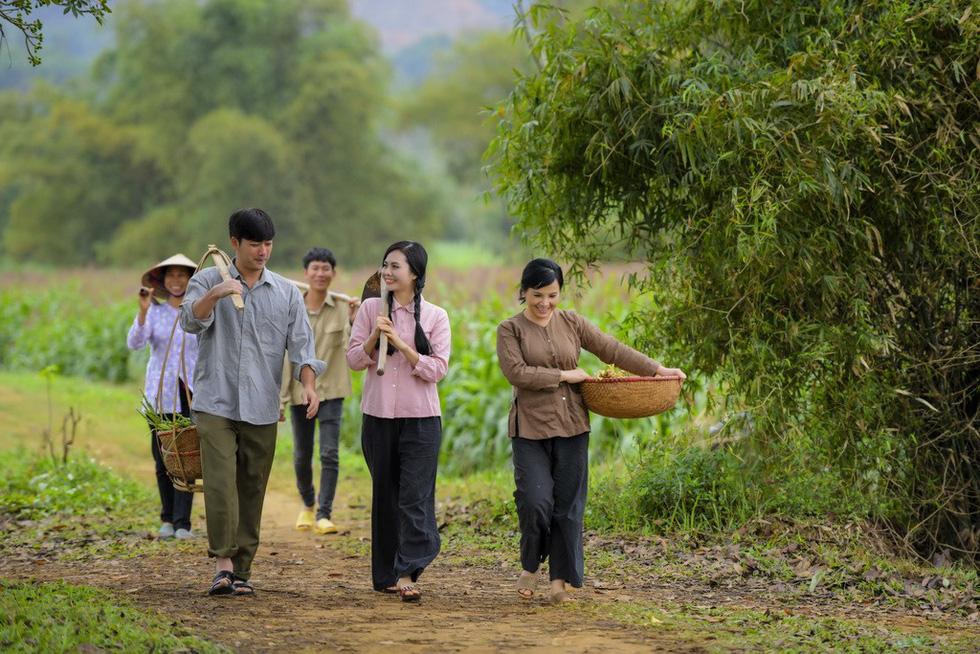 Em bé Hà Nội Lan Hương tưới rau, nhổ cỏ trong MV Tết - Ảnh 2.