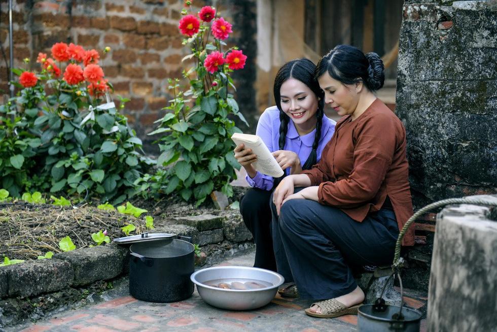 Em bé Hà Nội Lan Hương tưới rau, nhổ cỏ trong MV Tết - Ảnh 4.