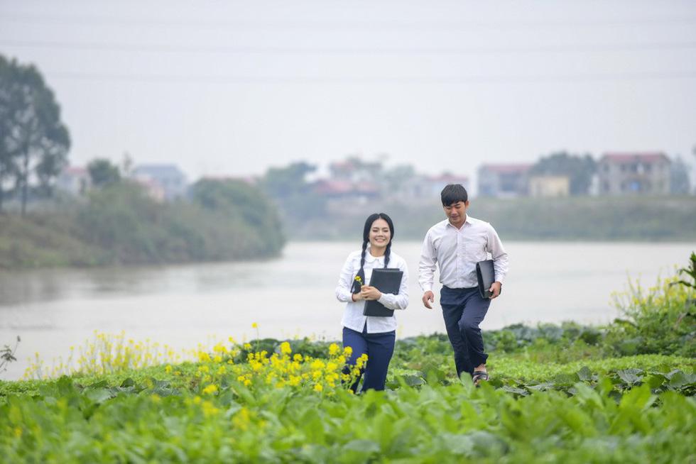 Em bé Hà Nội Lan Hương tưới rau, nhổ cỏ trong MV Tết - Ảnh 5.