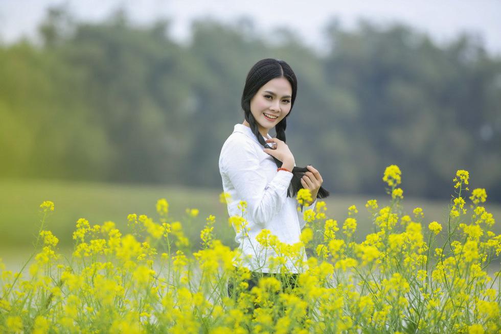 Em bé Hà Nội Lan Hương tưới rau, nhổ cỏ trong MV Tết - Ảnh 7.