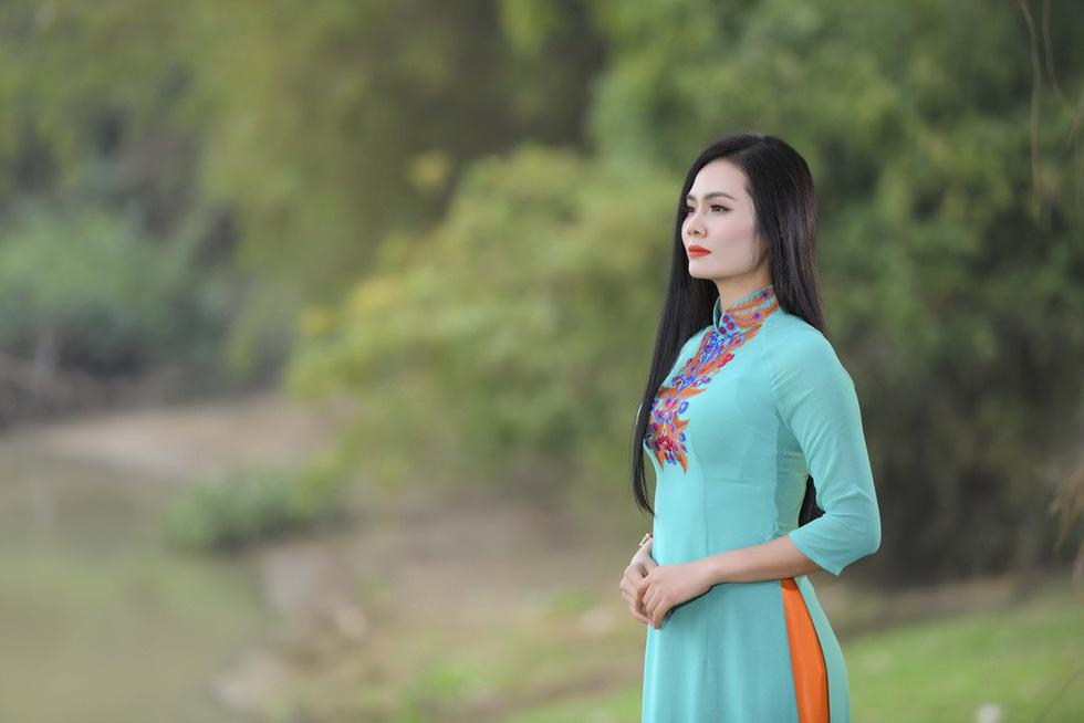 Em bé Hà Nội Lan Hương tưới rau, nhổ cỏ trong MV Tết - Ảnh 9.