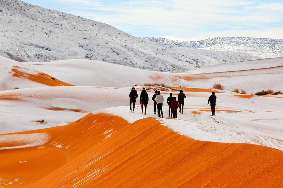 Thế giới trong tuần qua ảnh: tuyết rơi ở sa mạc Sahara - Ảnh 1.