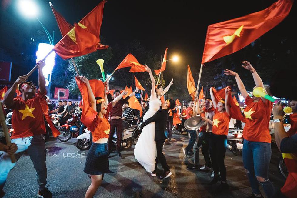 Bộ ảnh cưới chụp ngay trong đêm mừng chiến thắng lịch sử - Ảnh 5.